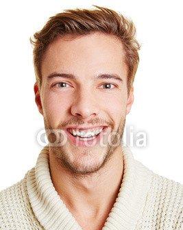 Portrait_eines_lachenden_jungen_Manns.jpg