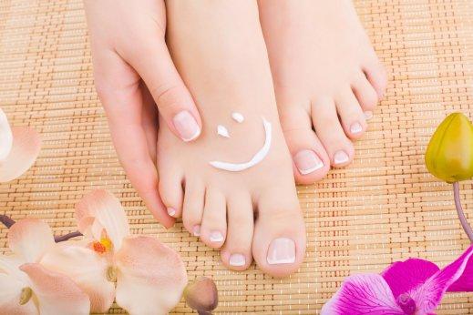 Wir sorgen dafür, dass Ihre füße mit einer Fußpflege stark bleiben und gut aussehen.