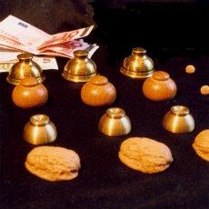 Verschiedene Nussschalen und Hütchen gehören zum Equipment vom GROSSEN BAGATELLO