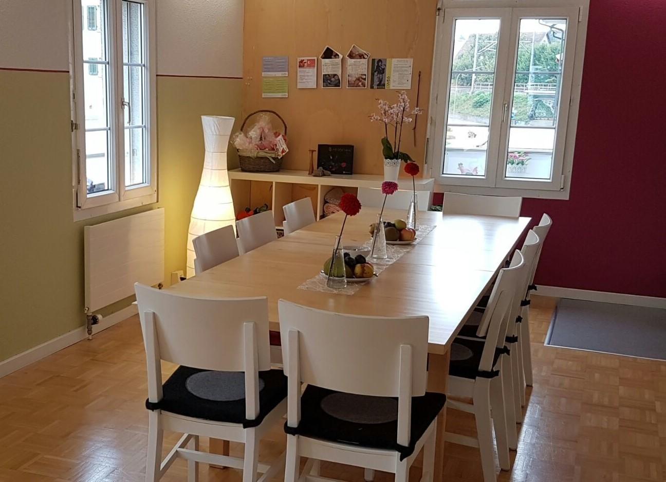 Praxis-ewes_Raum-gross-langer-Tisch.jpg