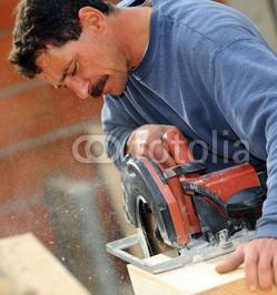 Man_cutting_block_of_wood_to_size_using_circular_saw.jpg