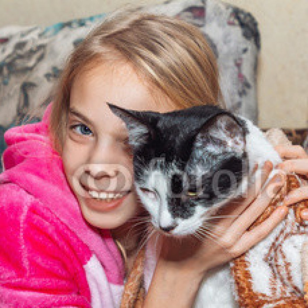 Cute-little-girl-with-cat-at-home.jpg