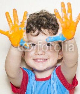 Nio-mostrando-sus-manos-pintadas.jpg