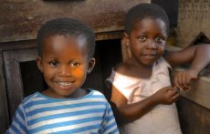 Kinder in Afrika help create smiles