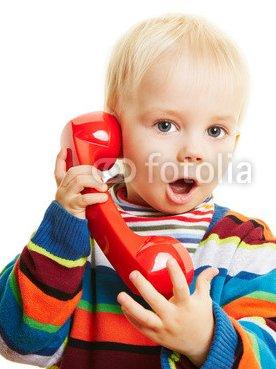 Kind_beim_Telefonieren_mit_roten_Telefon.jpg