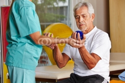 Senior_mit_Igelball_bei_Physiotherapie.jpg
