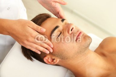 Man_having_head_massage_close_up.jpg
