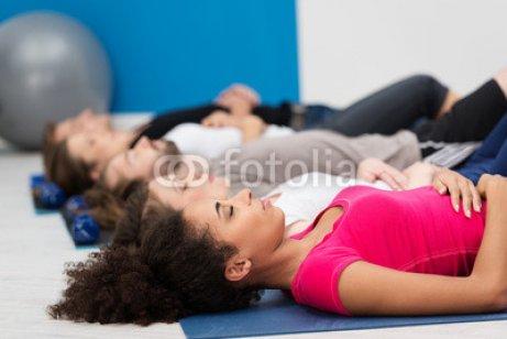 gruppe_entspannt_im_fitnessstudio.jpg
