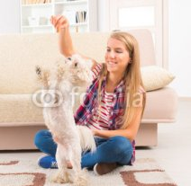 Beautiful_young_woman_training_her_dog.jpg