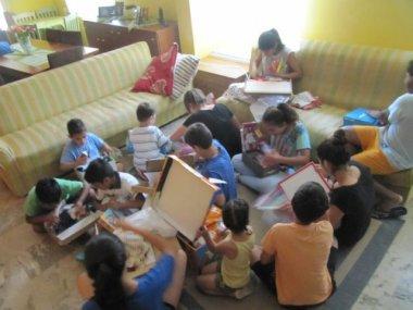 Auspacken der Spenden im Kinderheim in Griechenland