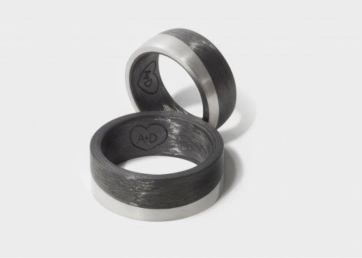 Ringpaar aus Carbon und Titan mit einer gelaserten Innengravur