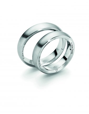 Ringe aus rhodiniertem Weissgold mit einer seitlichen Gravur und Brillanten