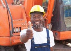 Afrikanischer_Bauarbeiter_vor_seinem_Bagger_zeigt_Daumen.jpg