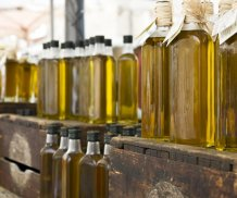 Olivenoel-in-Flaschen-auf-Holzkisten_Medium-840x700.jpg