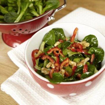 Feldsalat mit Paprika und Walnüssen