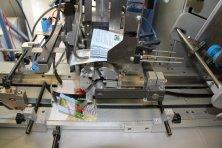 Maschinelles Aufspenden von Salzbeutel (Pick & Place / Hot Glue)