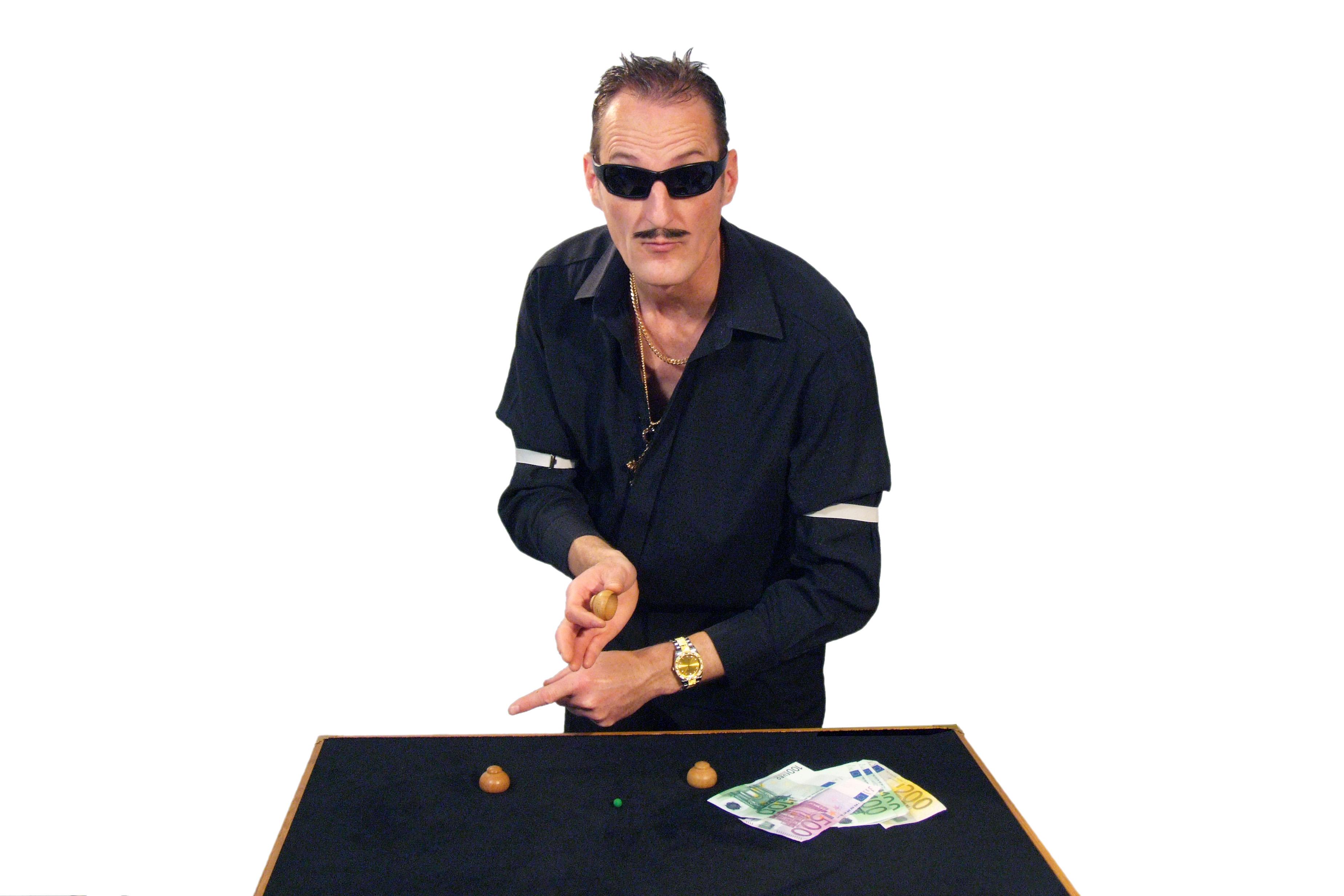 Hütchenspieler DER GROSSE BAGATELLO begeistert mit seinem Hütchenspiel