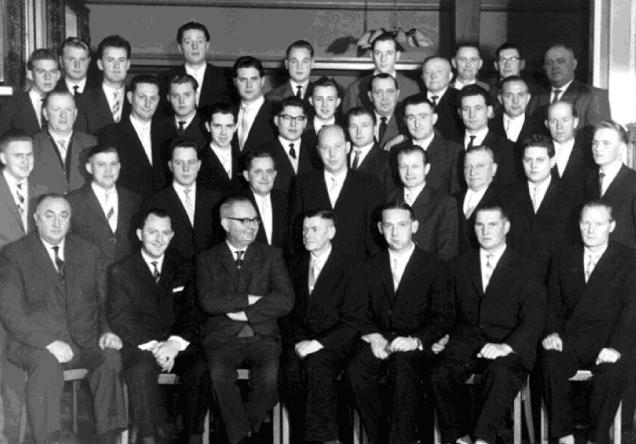 "1960: Der MGV ""Germania"" mit Chorleiter Clemens Altrogge (3.v.l.)  Vorsitzender Hubert Roters (4.v.l)"