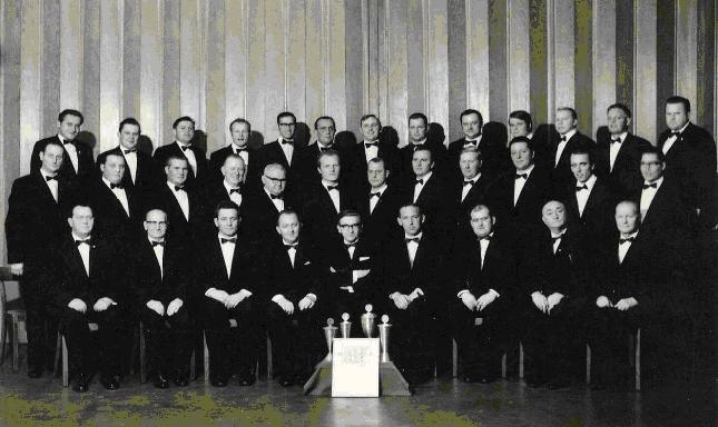 """1970: Der MGV """"Germania"""" mit Chorleiter Hans Stüer, vor ihm vier 1. Preise aus dem Wettstreit beim MGV """"Loreley"""" Dülmen"""