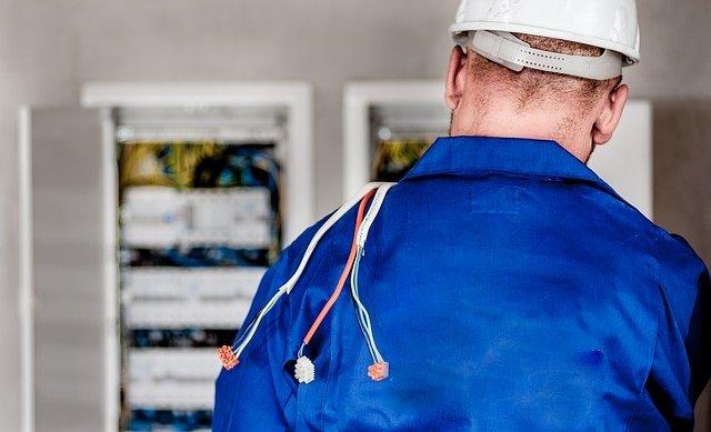 Elektriker bei der Arbeit Berliner Elektro Service