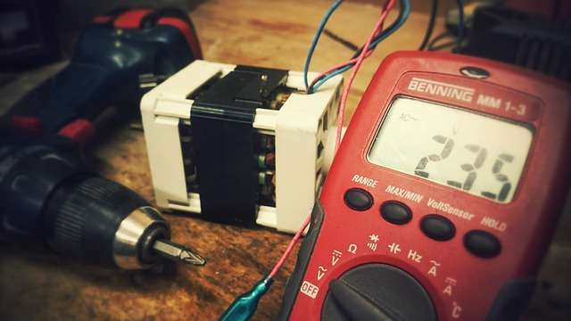 Gerät zum Strom messen in der Farbe rot