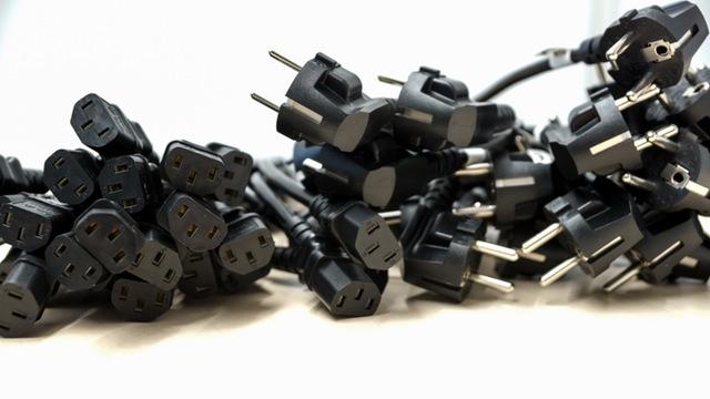 schwarzes Stromkabel mit Stecker für Elekrogeraete