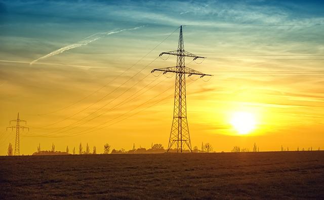 Stromspannungsleitungen in der Dämmerung von Wien