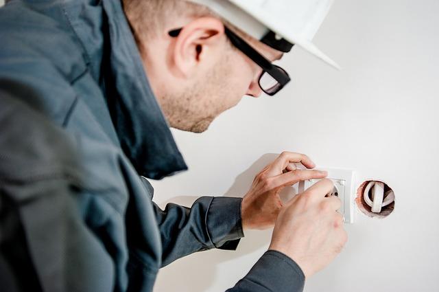 Elektriker installiert eine Steckdose in Wien
