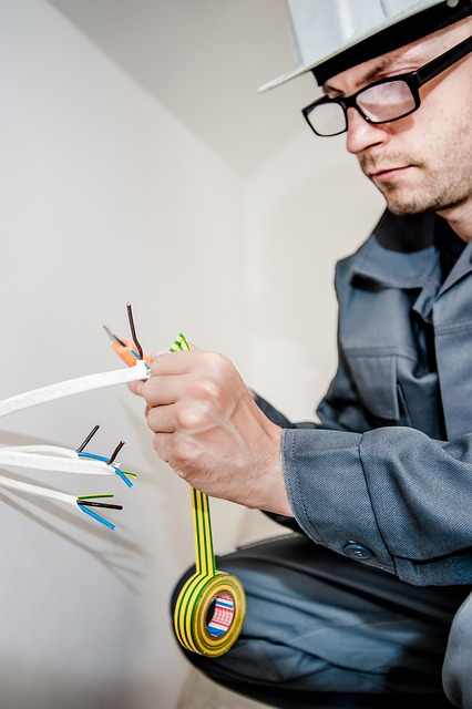 Elektriker bei der Wartung in Köln