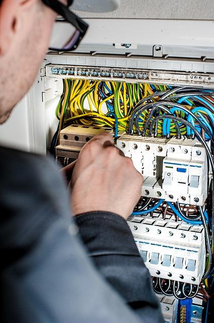 Alte Stromleitungen und Sicherungskästen Elektronotdienst