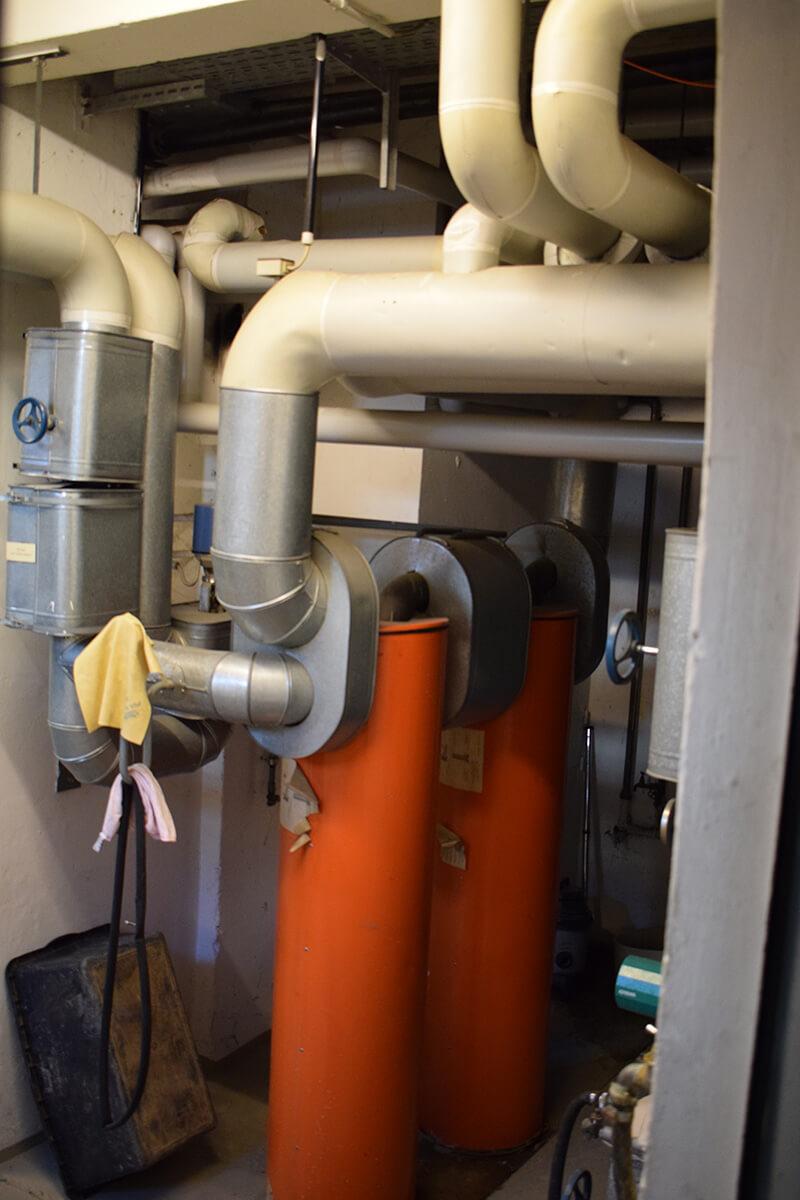 große Rohre im Keller: Heizungssystem
