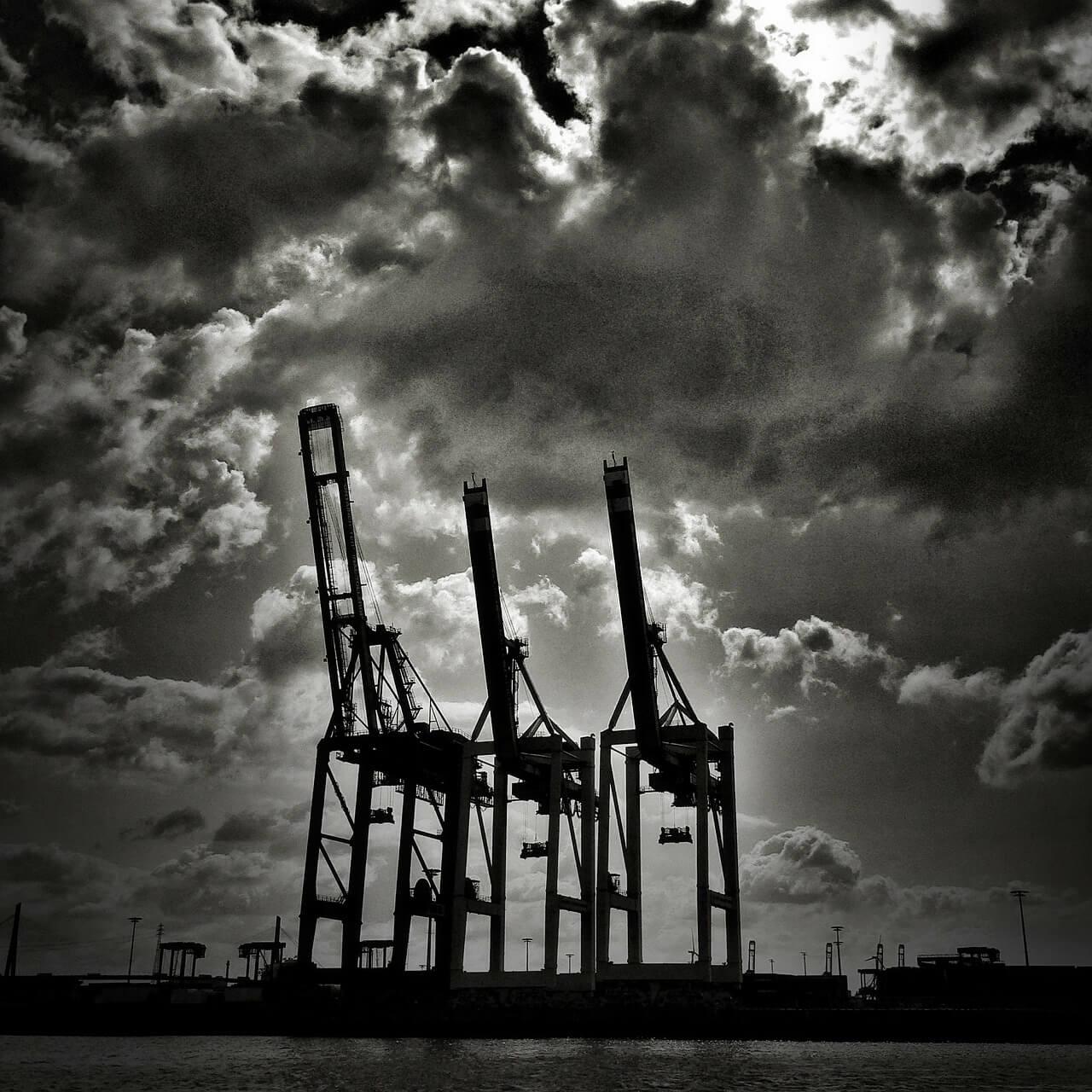 Hamburger Hafen Kräne in Schwarz Weiß