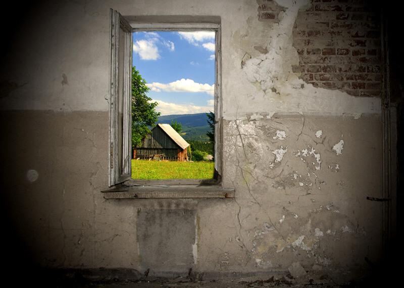 Eine Wand die schimmelt mit Aussicht