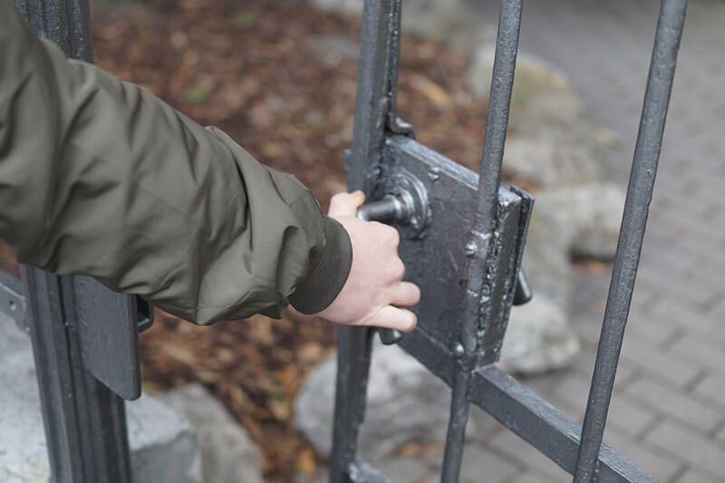 Schlüsselservice Kassel, Hand öffnet Gittertür
