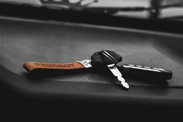 Schlüsselbund mit schwarzem Hintergrund