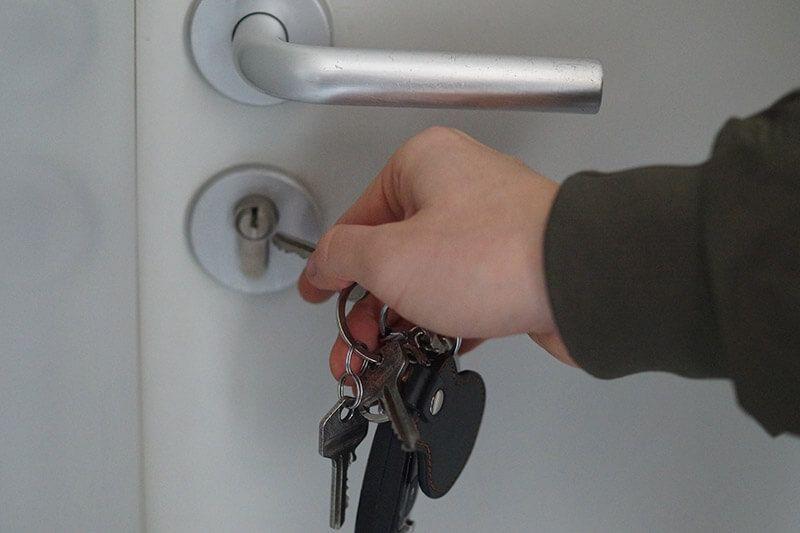 Schlüsseldienst Hannover, Hand schließt Haustür auf