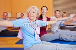 Seniorin_bei_Rueckenschule_im_Fitnesscenter.jpg