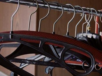 leere Kleiderbügel im Schrank aufgrund von Entrümpelung