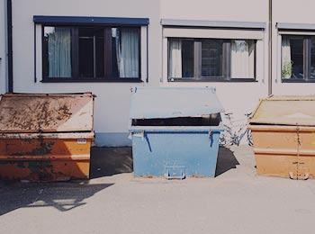 Müll Container stehen zur Entrümpelung bereit