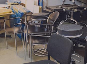 Stühle und Tische stehen rum im Keller in München