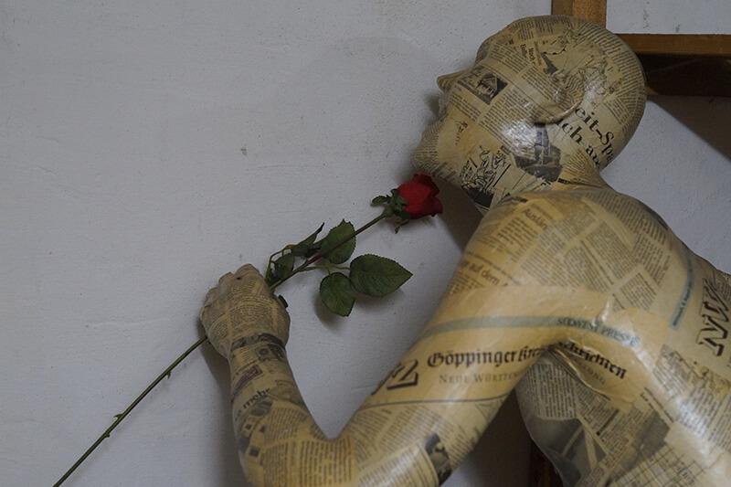 Puppe mit Rose im Mund im Keller: Entruempelungen Hannover