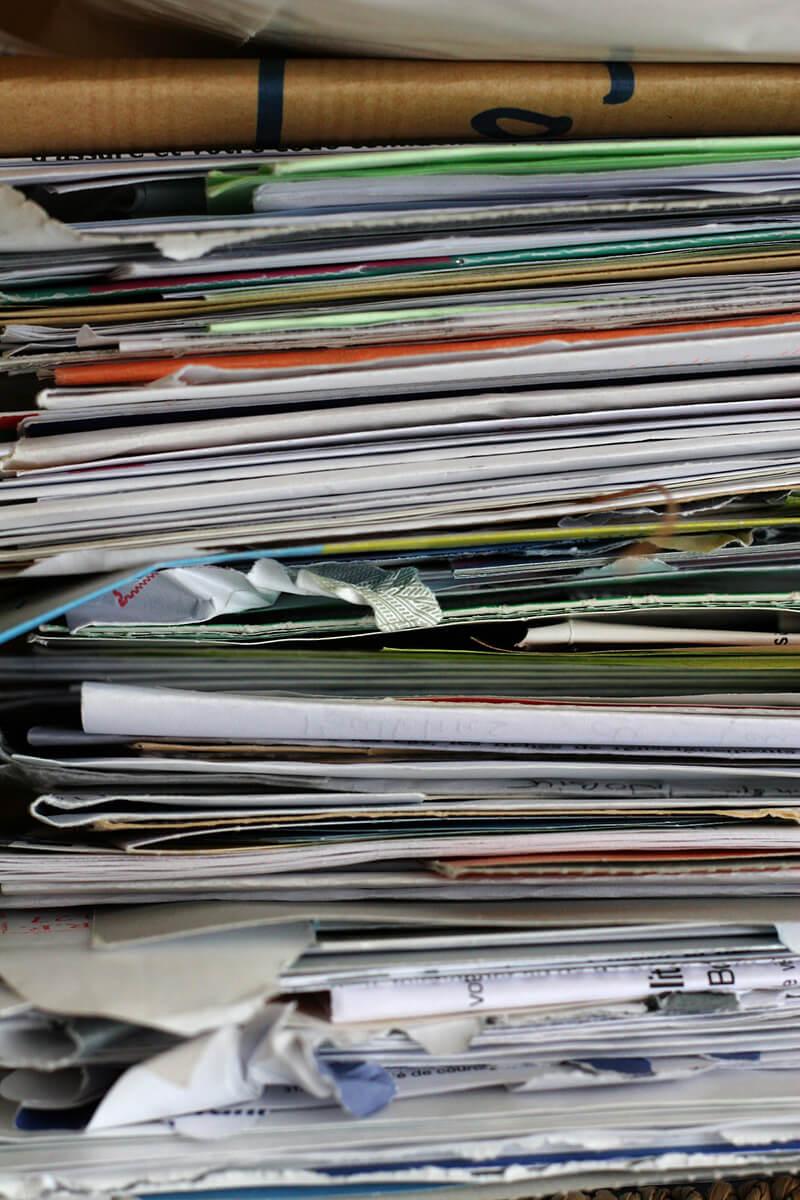 Papierstapel in einer Messiewohnung