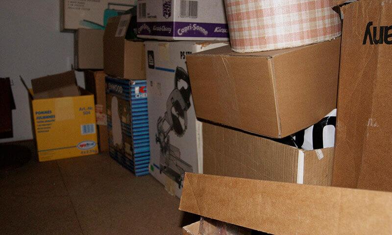 viele Kisten auf einem Dachboden eines Kunden