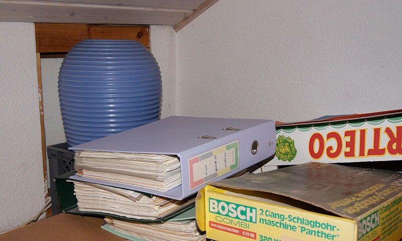 Gestapelte Bücher in einer Wohnung in Stuttgart