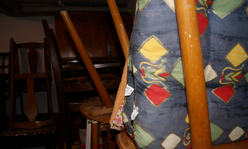 Alte Stühle bei einer Hausauflösung