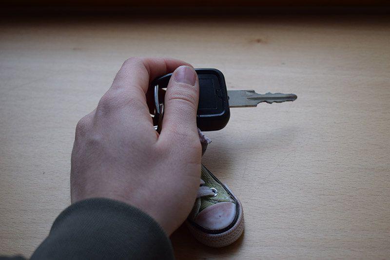 Sicherheitstenchiker hält Schlüssel in der Hand