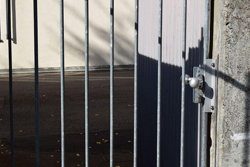 geschlossene Gittertür