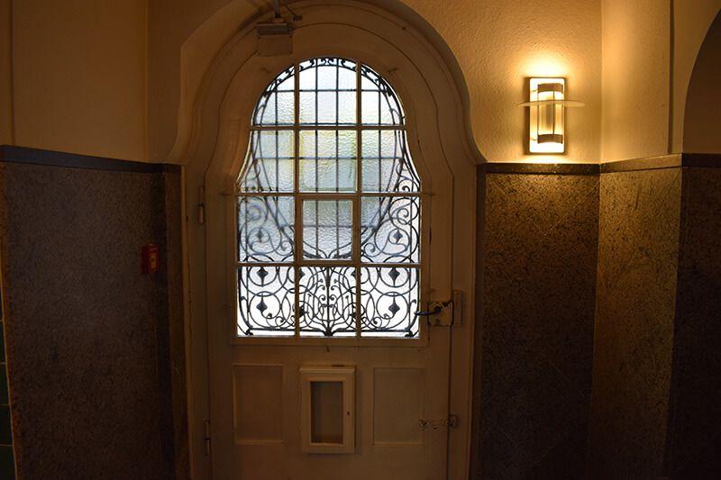 alte weiße Tür in abgedunkelter Atmosphäre