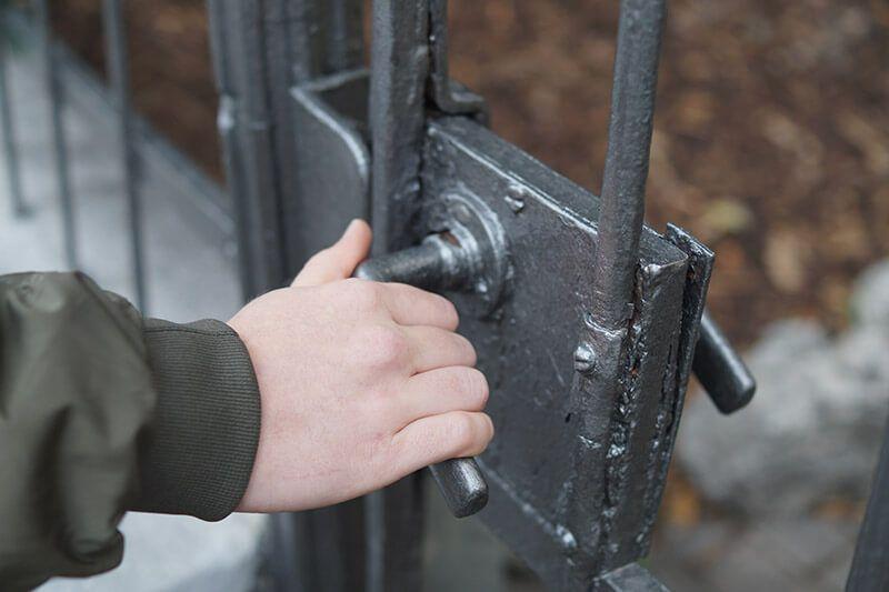 Gittertür wird geöffnet