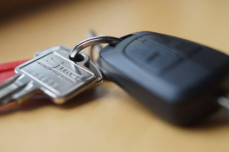 Schlüsselbund auf Holztisch in Nahaufnahme